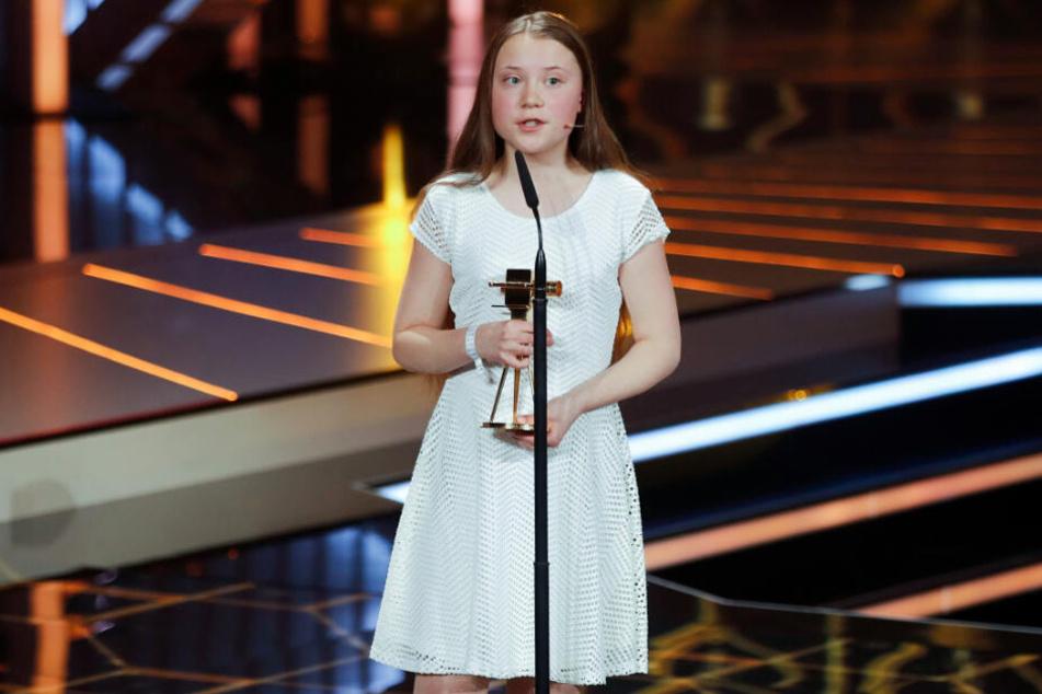 """Die """"Goldene Kamera"""" in den Händen: Greta Thunberg am Samstagabend."""