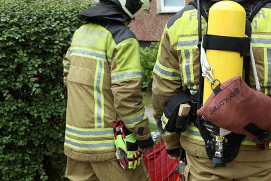 Als die Feuerwehr eintraf, war das Sofa schon fast wieder gelöscht.