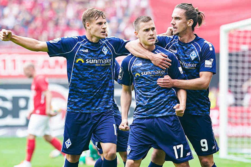 Gianluca Korte (M.) bejubelt mit Vorlagengeber Valmir Sulejmani (r.) und Max Christiansen die zwischenzeitliche Mannheimer 1:0-Führung. Korte und Sulejmani mussten später verletzt ausgewechselt werden.