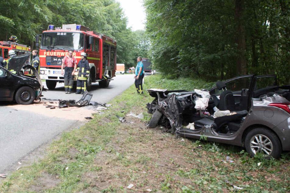 Bei dem Unfall waren zwei Autos und ein Lastwagen beteiligt.
