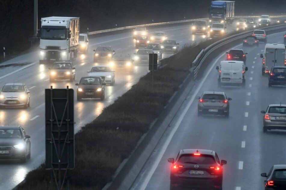 Laster mit Gefahrgut kippt um: Autobahn den ganzen Tag gesperrt!