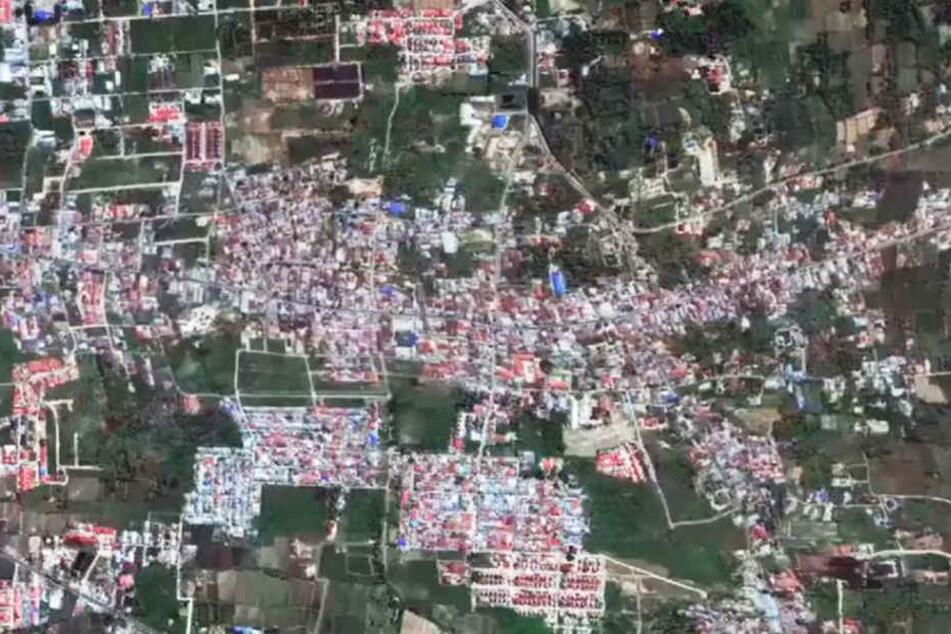 Auf veröffentlichten Satellitenbildern ist das Versinken von Gebäuden nachzuvollziehen.