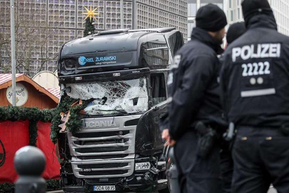 Polizisten stehen vor dem Laster, der auf den Weihnachtsmarkt gerast war.