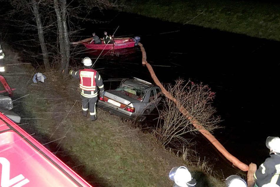 Die Feuerwehr legte vorsorglich Ölsperren in dem Kanal aus.