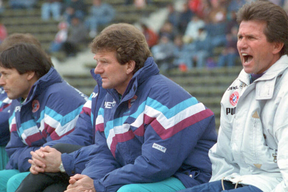 1991: Die Bayern-Bank mit Teamarzt Hans Müller-Wohlfahrt (l-r), Co-Trainer Egon Voordes und Cheftrainer Jupp Heynckes.