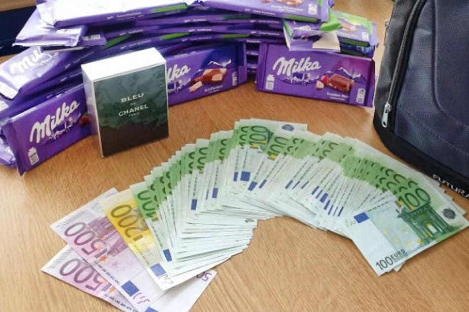 Bargeld und Schokolade liegen bei der Bundespolizei auf einem Tisch. Ein Zugbegleiter hatte im ICE von Dortmund nach München einen Rucksack mit wertvollem Inhalt gefunden.