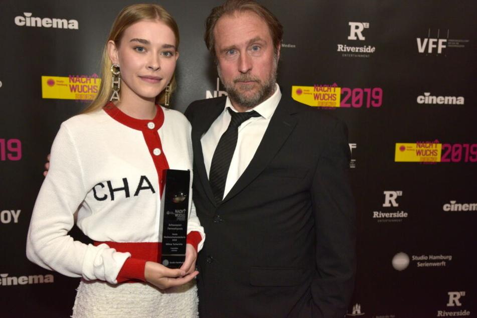 """Milena Tscharntke (links, Beste Nachwuchsdarstellerin) mit """"Pate"""" Bjarne Mädel."""