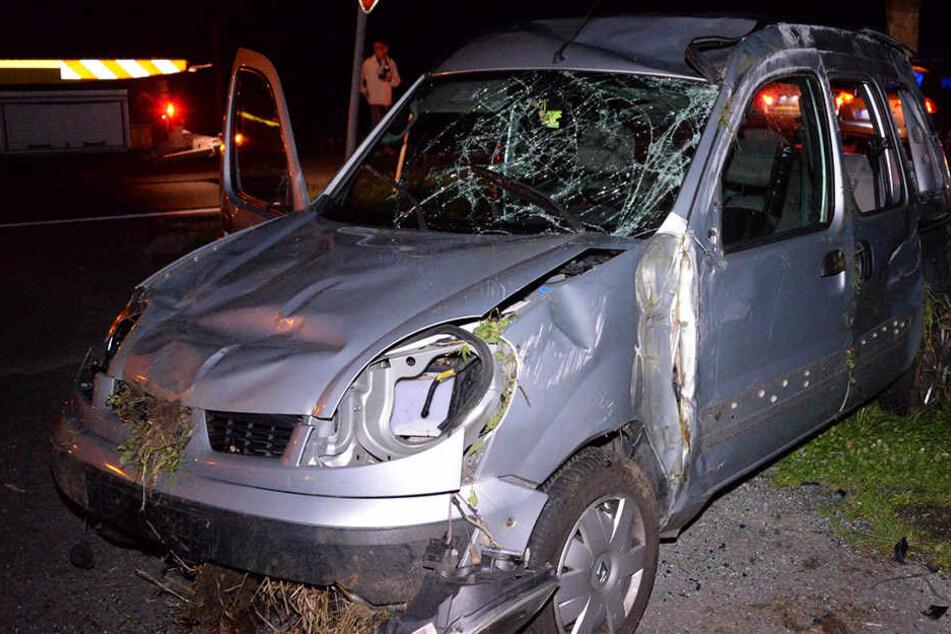 Völlig zerlegt! Renault Kangoo überschlägt sich, Unfallfahrer flüchtet