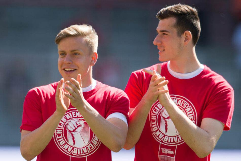 Leannard Maloney (l) und Lennard Moser (r) laufen nach dem Spiel gegen Heidenheim über das Spielfeld.