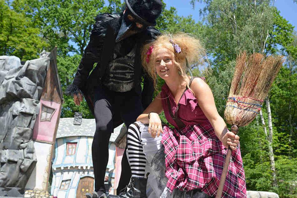 Marko Bullack (48) und Magda Decker (32) schlüpfen für das Sommertheater in die Rollen der kleinen Hexe und ihres Raben Abraxas.