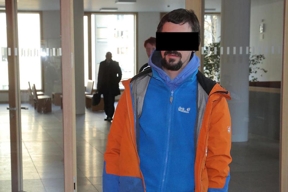 Philipp U. (27) wurde von der Polizei zum Prozess gebracht.