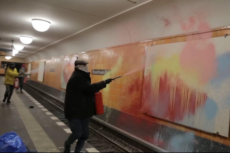 Chaoten besprühen U-Bahnhof und filmen sich