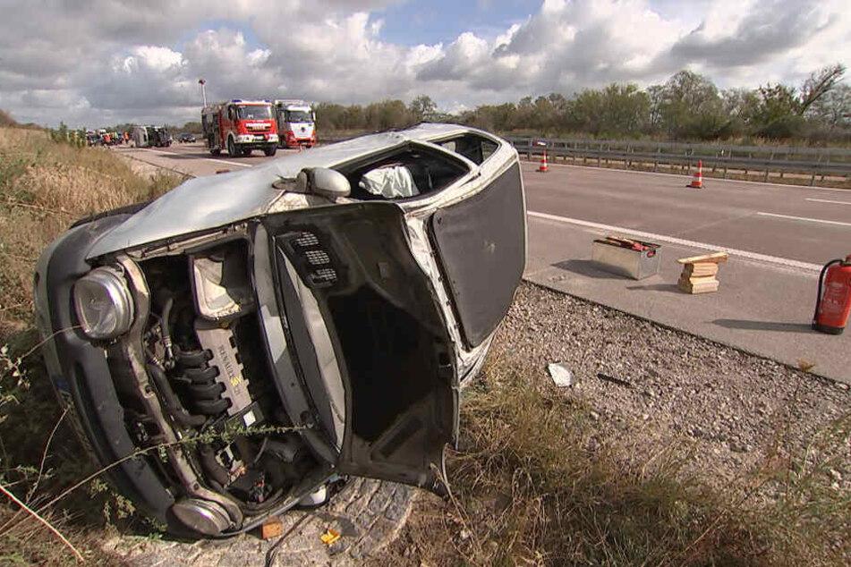 Der Renault kippte im Straßengraben auf die Fahrerseite. Die Fahrerin wurde verletzt.
