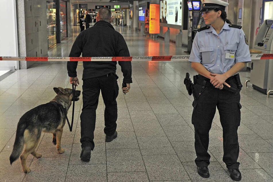 Die Beamten räumen den Flughafen, um das Gepäckstück zu untersuchen. (Symbolbild)
