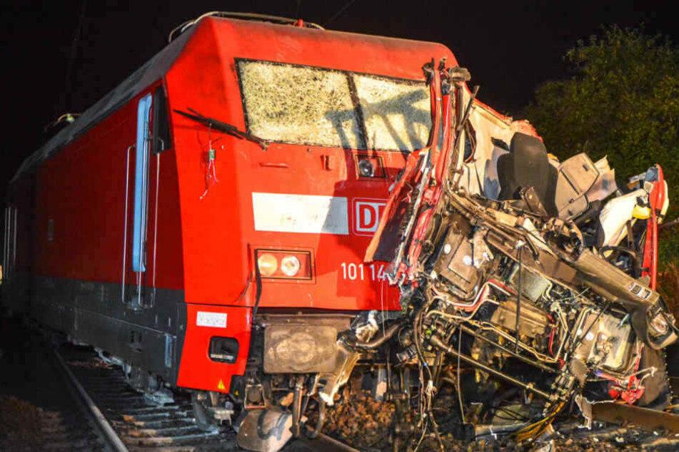 Der Lkw-Fahrer (27) hatte keine Chance, er war sofort tot.