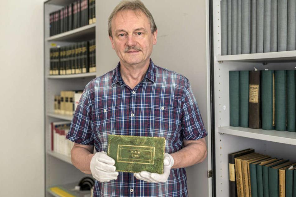 Archivar Roland Volkmer (64) kümmert sich nun um das über 200 Jahre alte Poesiealbum.