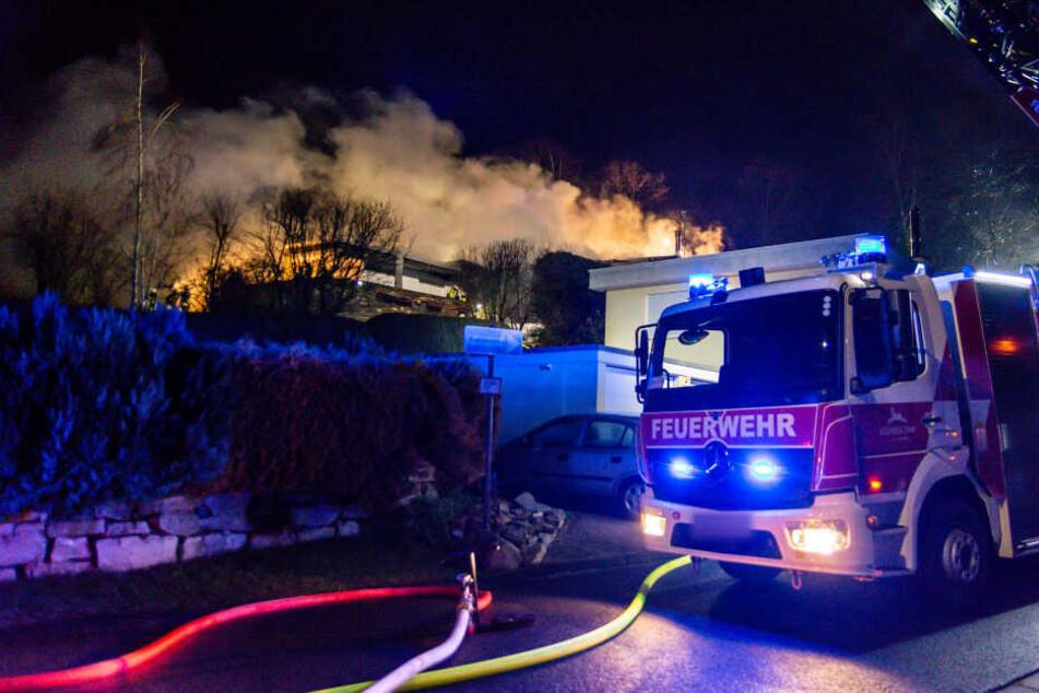 Explodierende Gasflaschen! Zweifamilien-Bungalow steht in Flammen
