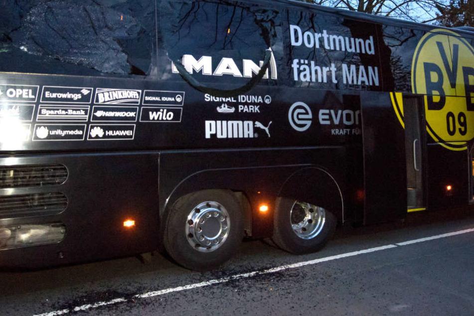 Der demolierte Mannschaftsbus nach dem Anschlag. (Archivbild)