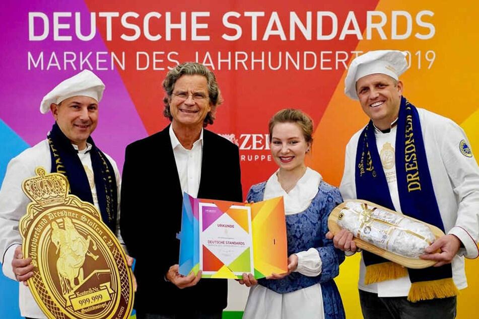 Eine Marke des Jahrhunderts: Stollen-Repräsentanten Rico Uhlig (l.) und René Krause (r.) mit Publizist Florian Langenscheidt und Stollenmädchen Lina Trepte.