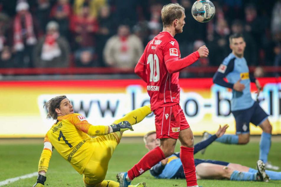 Unions Sebastian Andersson erzielt das 2:0 gegen Gladbach.