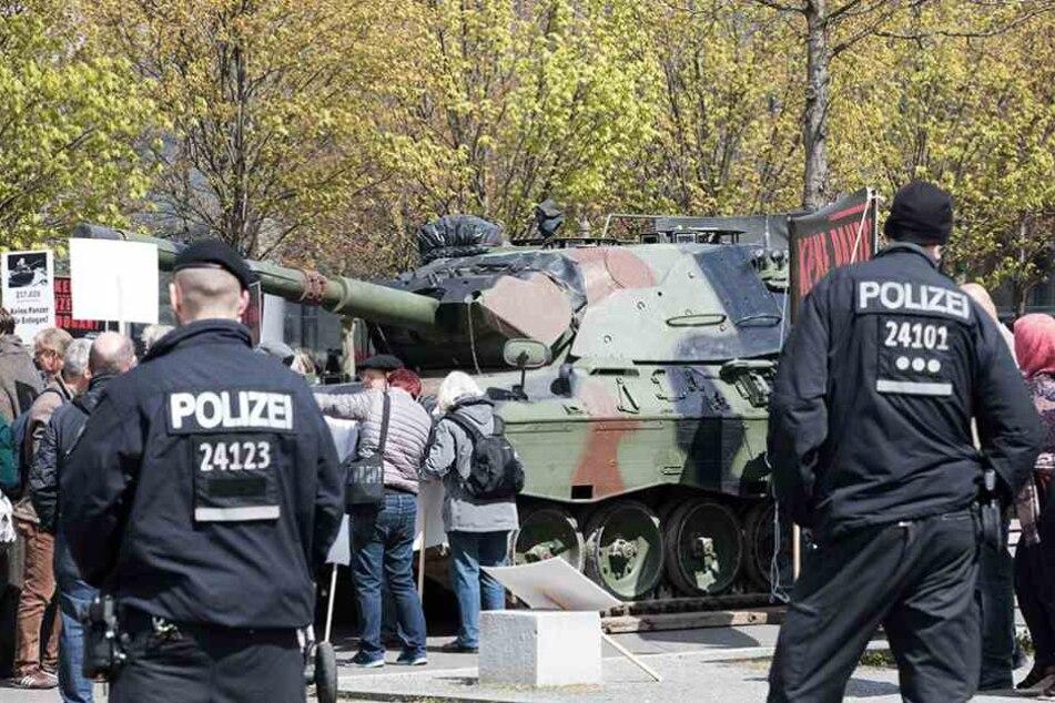 Der Leopard I stand am Mittwoch auf dem Platz der Republik vor dem Reichstag.
