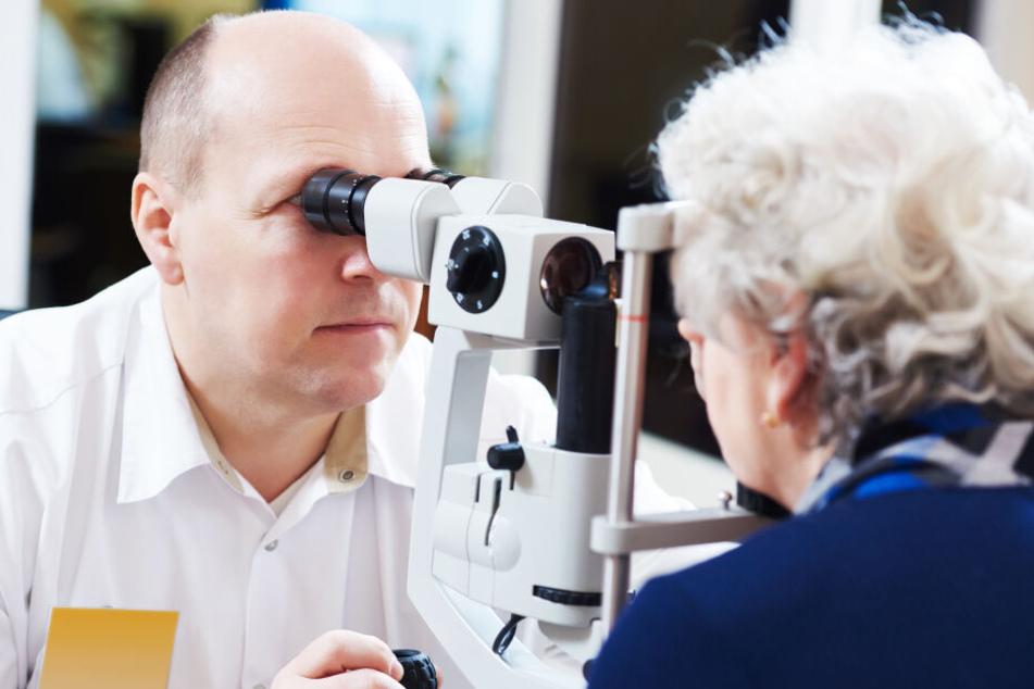 Bei einem Routine-Sehtest fand der Arzt etwas Besorgniserregendes im Auge der Frau,