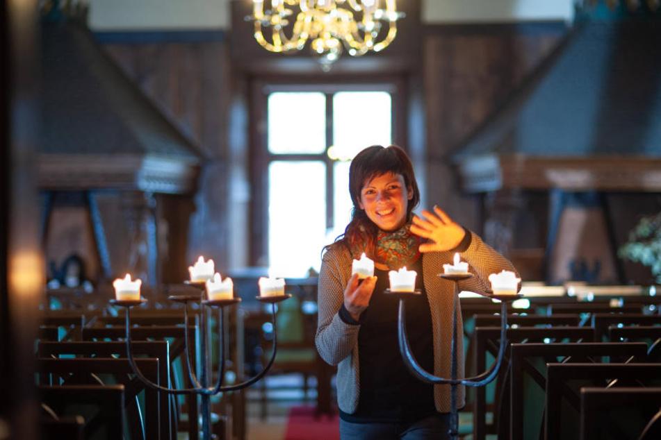 Romy Fritzsche (33) sorgt für stimmungsvolle Beleuchtung im Rittersaal von Schloss Schlettau, in dem Zauber-Peter auftreten wird.