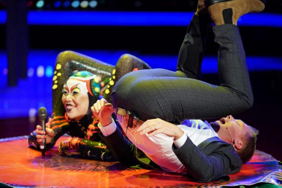 """Oliver Pocher und die Artistin Oyun aus dem """"Cirque de Soleil""""."""