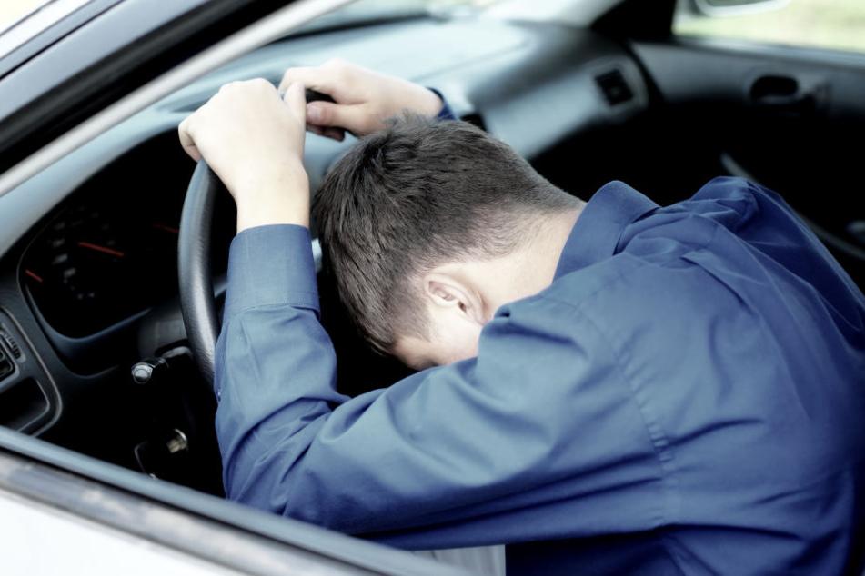 Der Mann schlief in seinem Auto tief und fest. (Symbolbild)