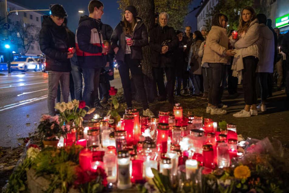 Menschen halten in München eine Mahnwache für den bei dem Raserunfall getöteten 14-jährigen Jungen.