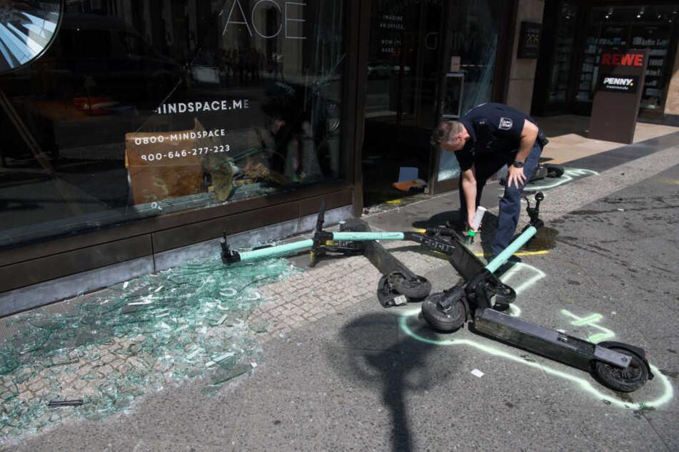 Schwerer Unfall in Berlin-Mitte! Auto rast in Geschäft und verletzt vier Menschen