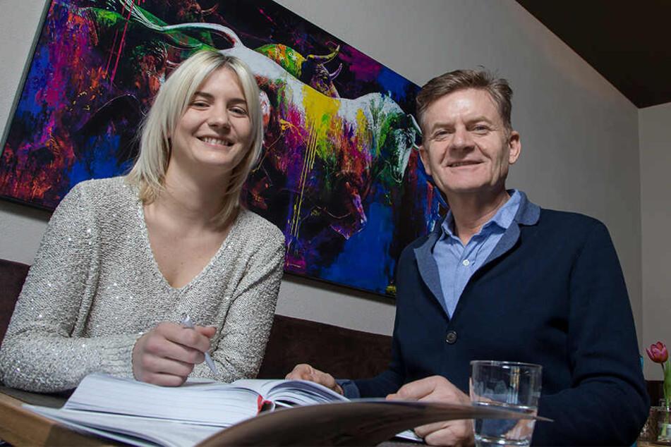 Alisa (27) und ihr Vater Steffen Zuber (55) besprechen die anstehenden Reservierungen.