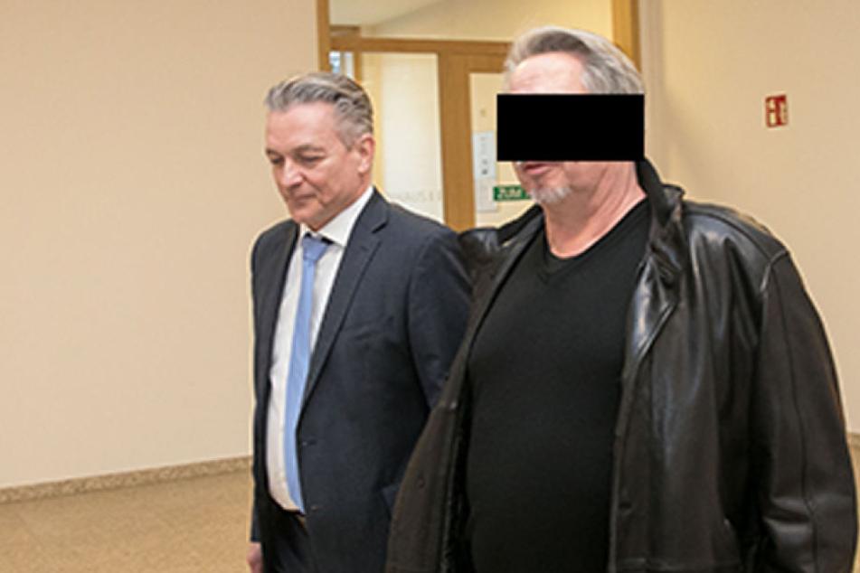 Millionen-Betrüger Rolf W. (59) auf dem Weg in den Gerichtssaal.