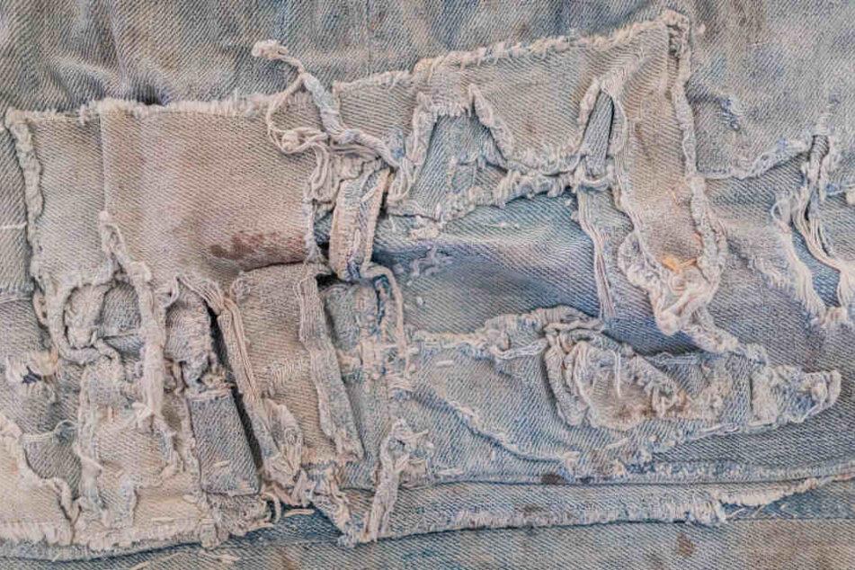 """Eine zerrissene Jeans von 1920. Zu sehen in Bonn in der Ausstellung """"California Dreams""""."""