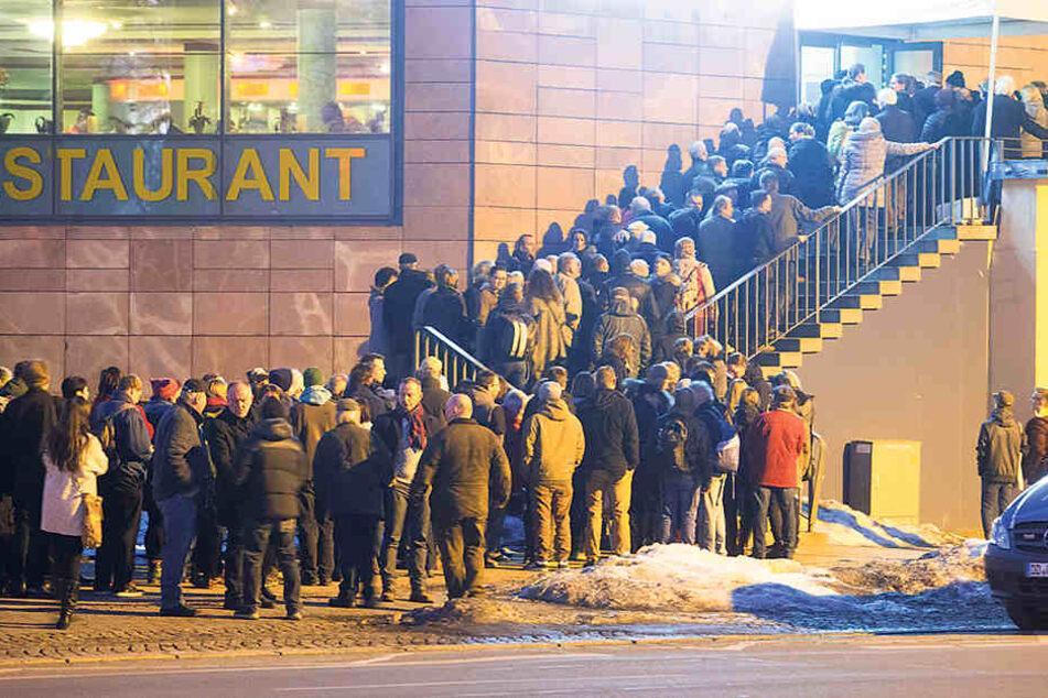 Fast 600 Chemnitzer wollten die Linken-Chefin sehen, nur 400 fanden  Platz.