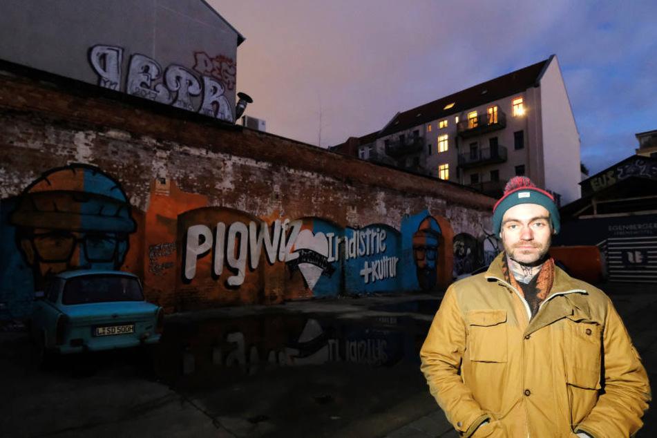 Künstler Peter Freund vor dem Wandbild in Leipzig-Plagwitz.