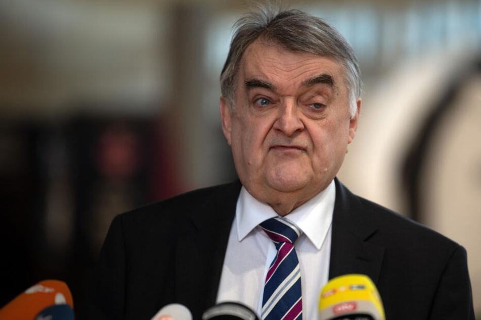 """Herbert Reul (CDU), Innenminister von Nordrhein-Westfalen, gibt ein Statement zum Verbot der rechtsextremen Gruppe """"Combat 18""""."""