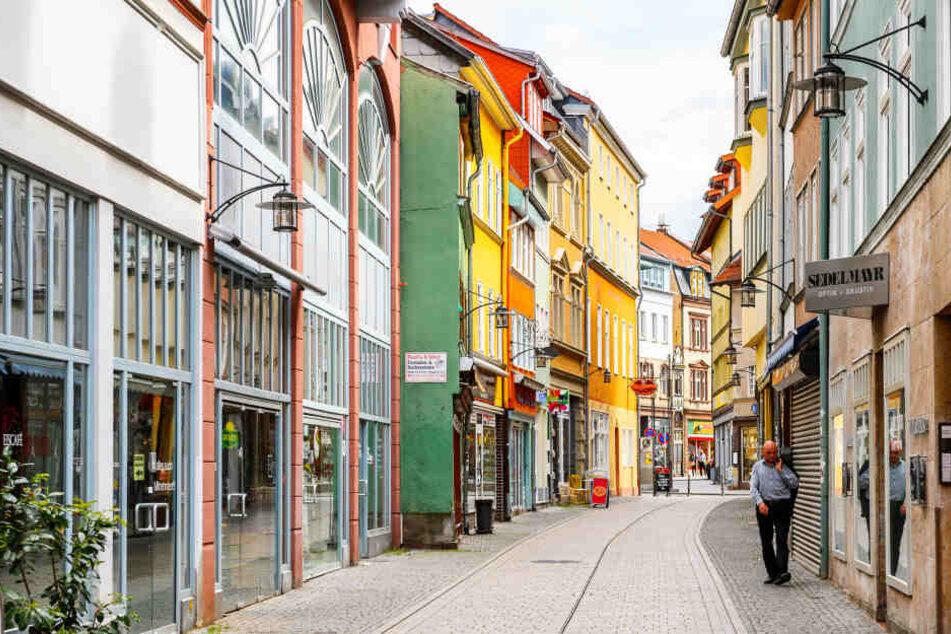 Einbrecher verursacht 15.000 Euro Schaden, Polizei hilft bei Flucht