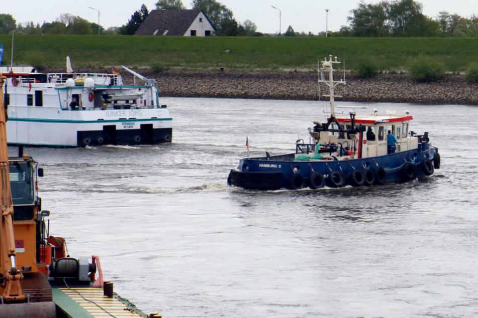 Der Schlepper rettete den hilflosen Mann aus der Elbe.