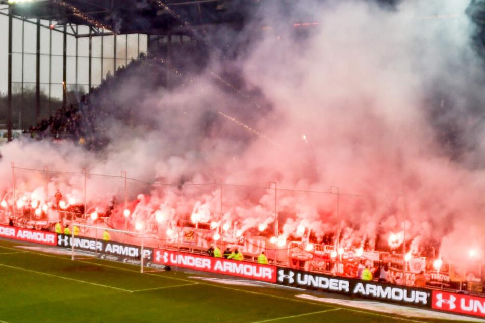 St.-Pauli-Fans brennen in der Südkurve Pyro-Technik ab.