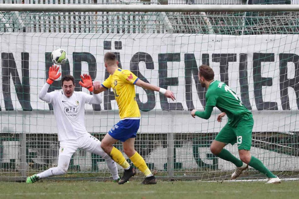 Das 1:0: Nach einer Hereingabe von links hält Steinborn (M.) den linken Fuß hin und überwindet Julien Latendresse-Levesque im Leutzscher Tor.