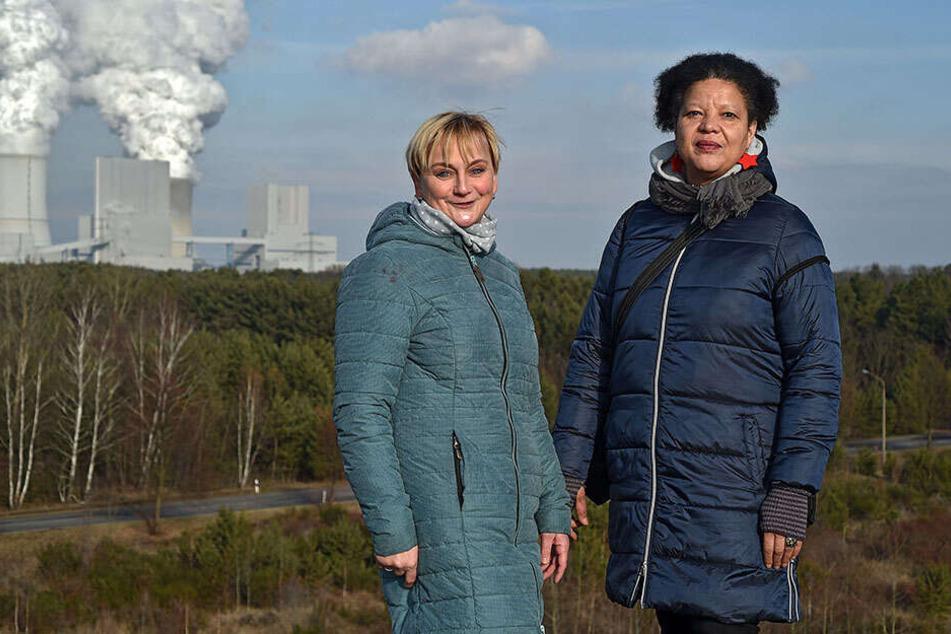 Gabriela Exner (re.) und Carola Kasper-Ullrich auf dem Aussichtspunkt am Bärwalder See.