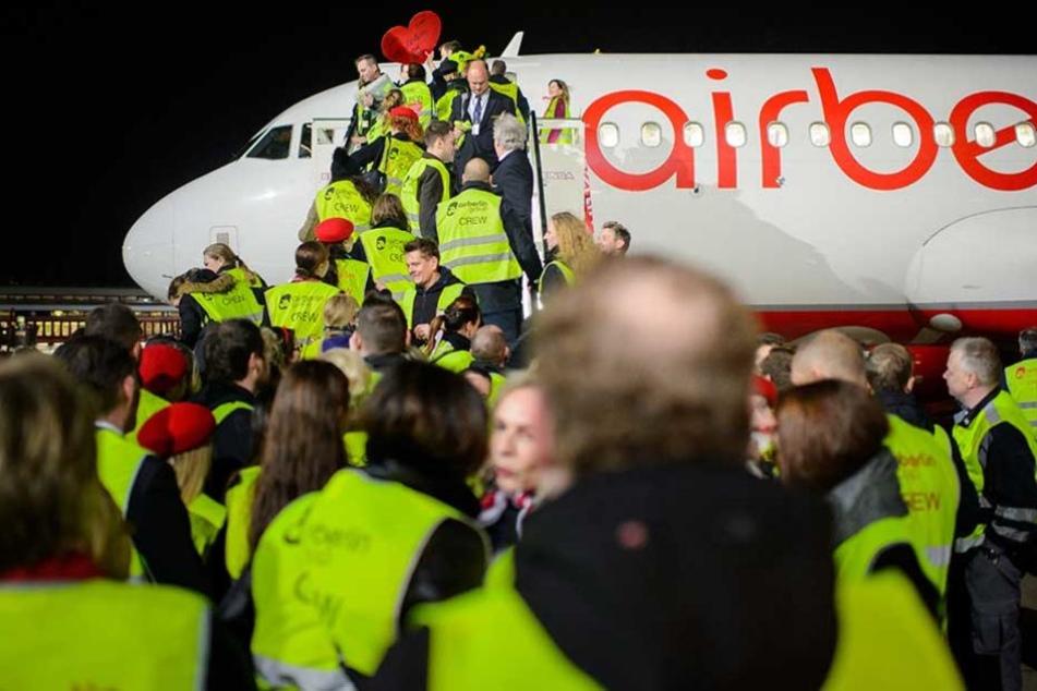 Air-Berlin-Mitarbeiter bei der Landung des letzten Fluges der Gesellschaft in Tegel.