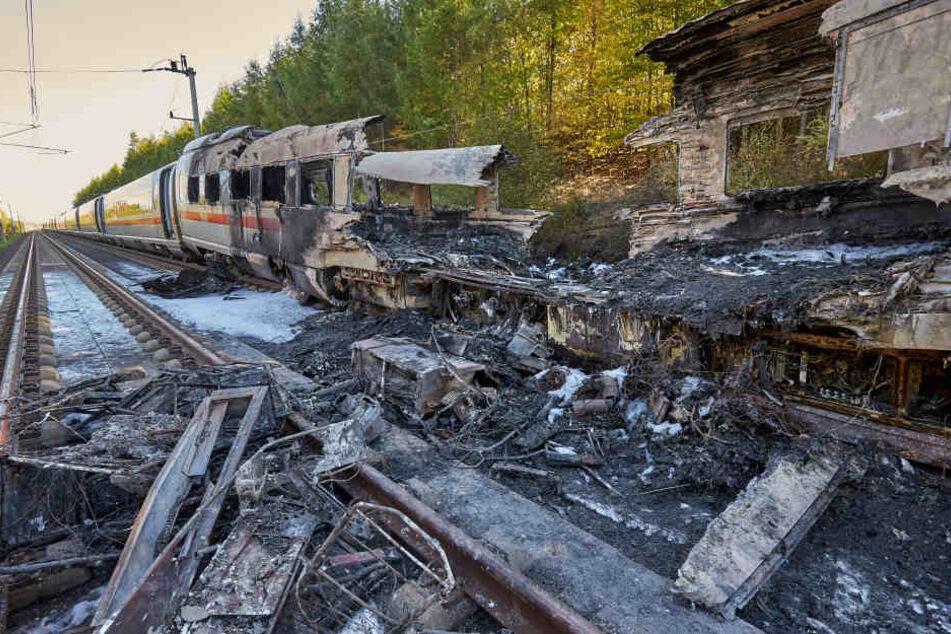 Der ausgebrannte Zug ist beschlagnahmt und wird untersucht.