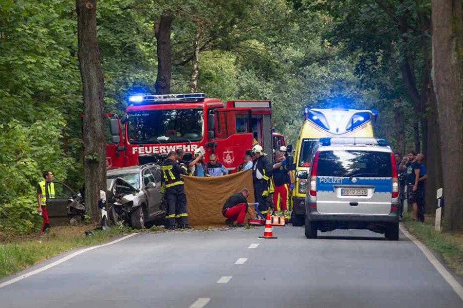 An der Unfallstelle kämpfen Sanitäter um das Leben des PKW-Fahrers.