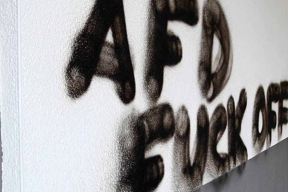 """Die schwarz gekleideten Personen sprühten unter anderem """"FCK AfD"""" an Wände in Leipzig-Kleinzschocher. (Symbolbild)"""