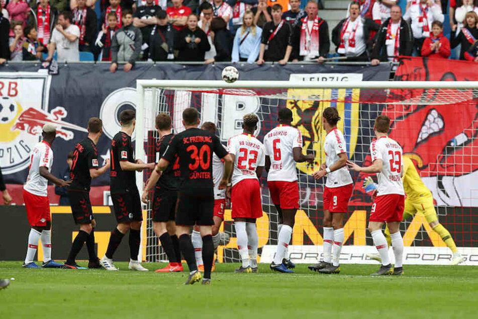 Ein Ausgleich, über den noch lang diskutiert werden wird: Vincenzo Grifo hebt den Ball über die Mauer, Schiedsrichter Robert Schröder hatte den Ball sehr zeitig freigegeben, Péter Gulácsi war noch nicht bereit.