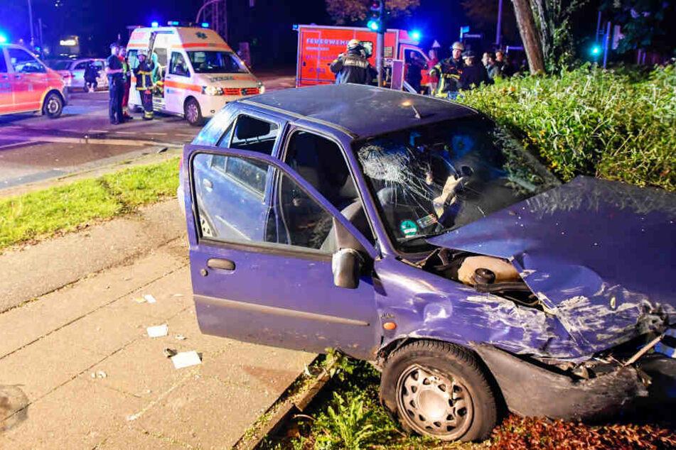Der Ford rammte ein Auto und stoppte erst in einer Grünanlage.