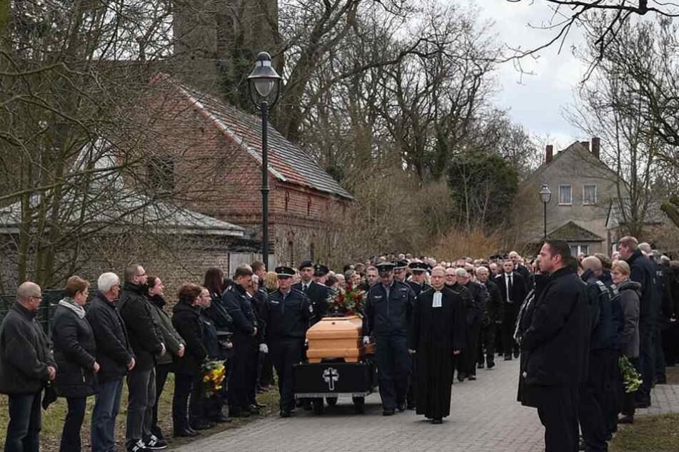Hunderte Menschen gaben dem getöteten Polizisten das letzte Geleit.