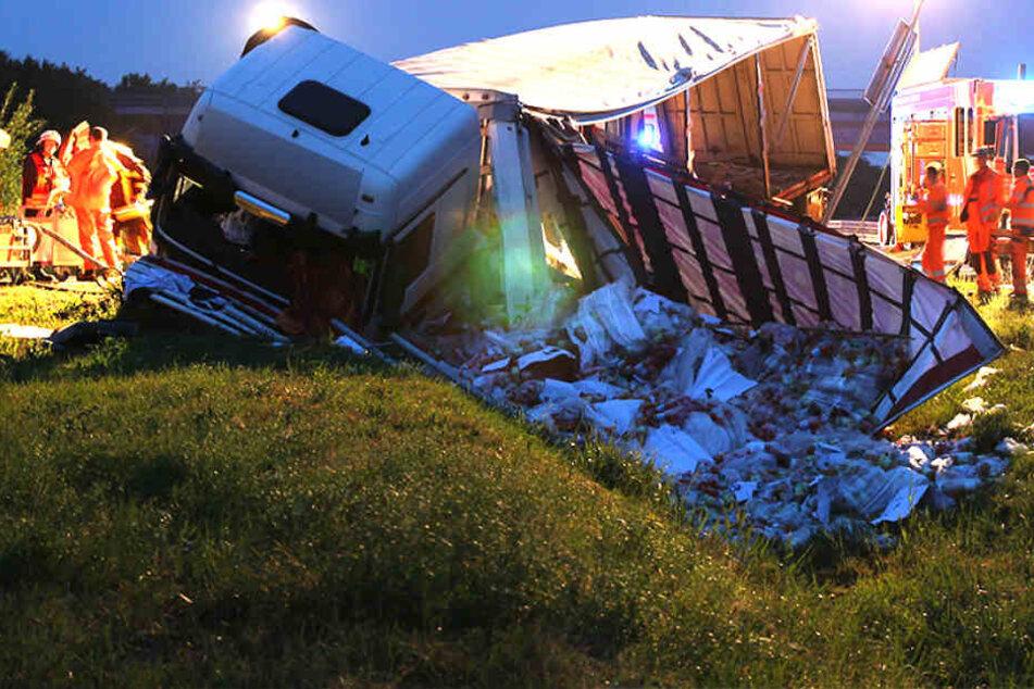Mit 2,14 Promille! Suff-Fahrer schrottet Saft-Laster